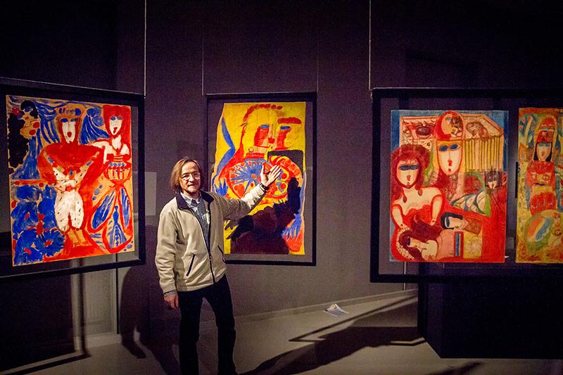 Künstler Johann Feilacher vor einem Gemälde von Aloise Corbaz