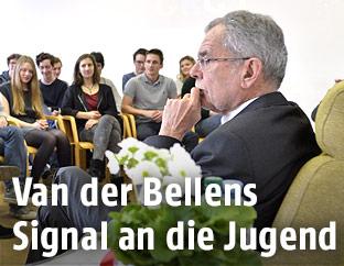 Bundespräsident Alexander Van der Bellen vor einer Schulklasse