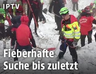 Helfer auf dem verschütteten Hotel