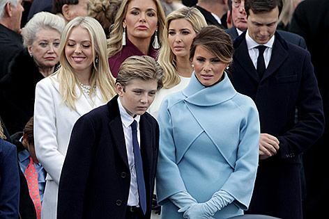 Barron Trump neben seiner Mutter Melania