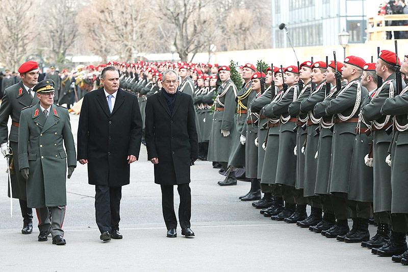 Verteidigungsminister Hans Peter Doskozil und Bundespräsident Alexander Van der Bellen am Heldenplatz