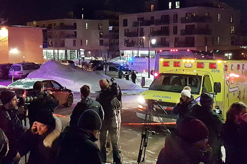 Krankenwagen und Fernsehteams beim Anschlagsort