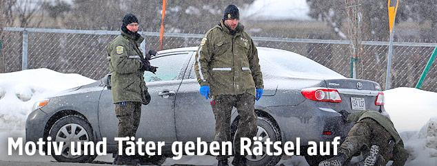 Polizisten im Schneetreiben