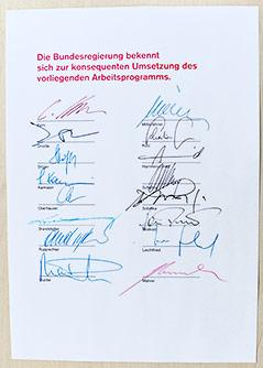 Seite mit den Unterschriften der Regierungsmitglieder