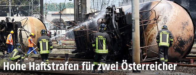 Archivbild aus dem Jahr 2009 zeigt umkekippte Tankwagen und Feuerwehreinsatzkräfte