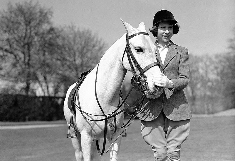 Prinzessin Elisabeth an ihrem 13. Geburtstag mit einem Pferd im Windsor Park