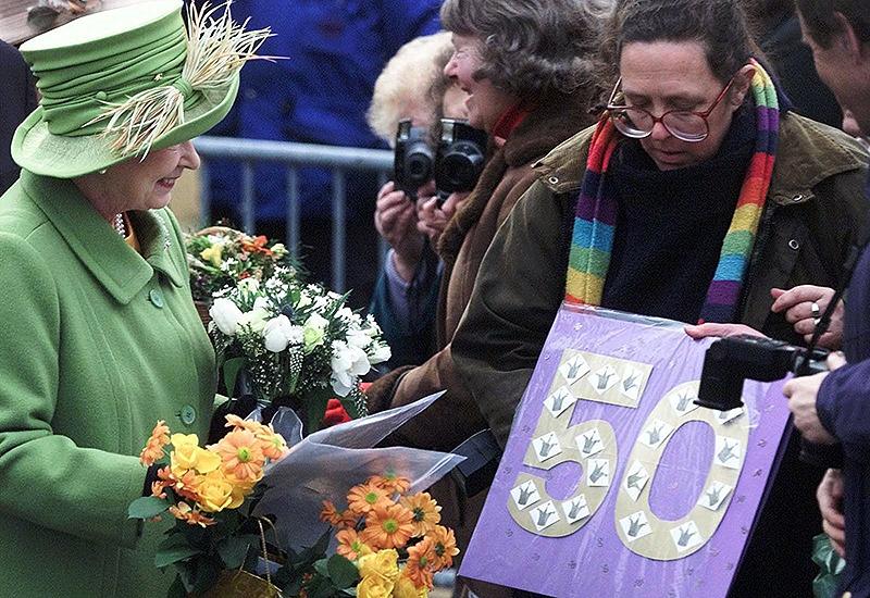 Die Queen mit Gratulanten zu ihrem 50. Thronjubiläum