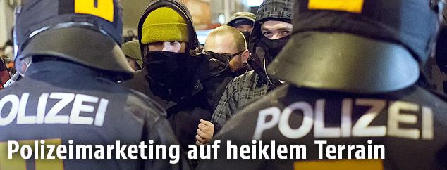 Polizisten und vermummte Akademikerball-Demonstranten