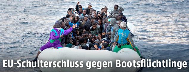 Libysche Flüchtlinge auf einem Boot