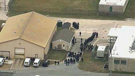 Menschen im Freien des Gefängnisses in Delaware