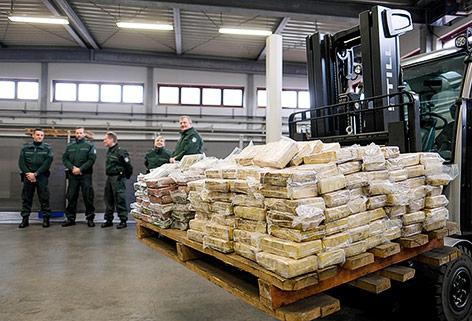 Beschlagnahmte Kokain-Päkchen beim Zoll am Hamburger Hafen