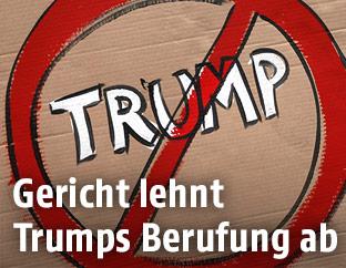Trumps durchgestrichener Name auf einem Banner