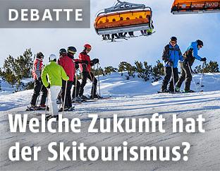 Skifahrer unter einem Sessellift