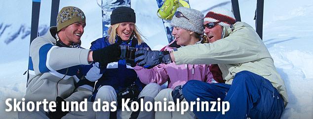 Skifahrer und Snowboarder beim Apres Ski
