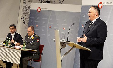 Verteidigungsminister Hans Peter Doskozil hält eine Pressekonferenz