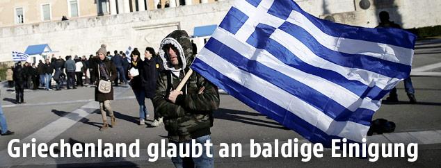 Mann mit griechischer Flagge