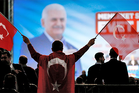 Menschen bei einer Rede des türkischen Premierminister Binali Yildirim