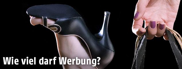 Frauenfuß mit Stöckelschuh schaut aus einer Tragetasche heraus