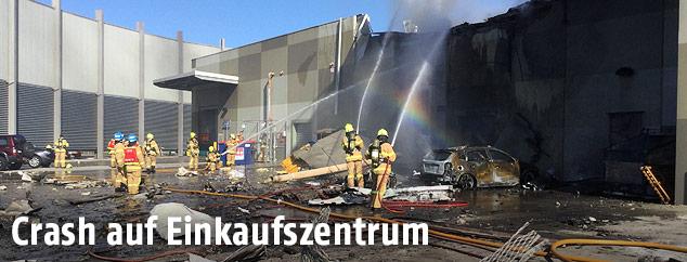 Feuerwehr beim Löschen eines brennenden Einkaufszentrums in Melbourne
