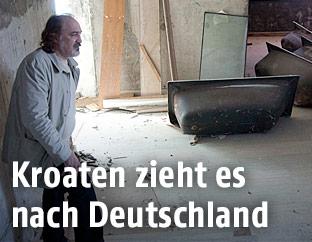 Kroatischer Mann in einem geschlossenem und verfallendem Hotel in Kroatien