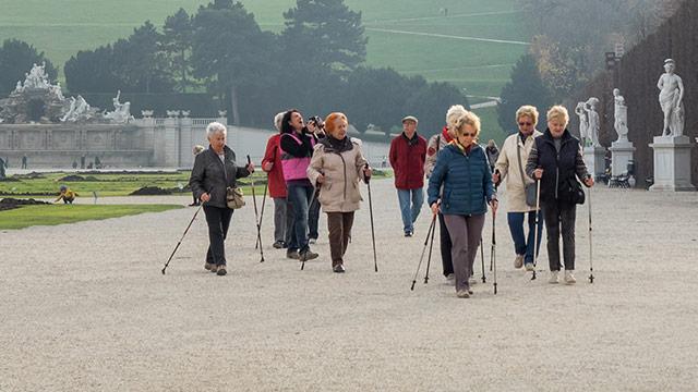 Frauen mit Nordic Walking Stöcken im Schloßpark Schönbrunn
