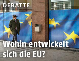 Mann vor der Europäischen Kommission in Brüssel