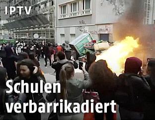 Brennende Mülltonnen in Paris