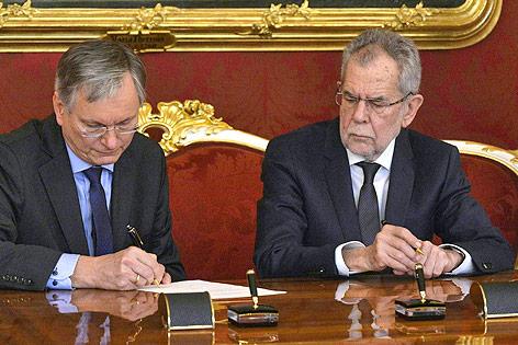 Sozialminister Alois Stöger (SPÖ) unterschreibt neben Bundespräsident Alexander van der Bellen
