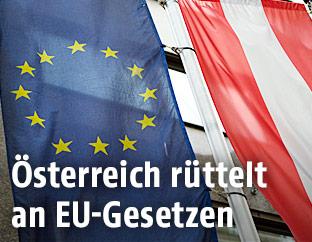 Eine EU-Flagge hängt neben einer Österreich-Flagge