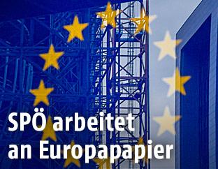 EU-Transparent vor einem Baugerüst