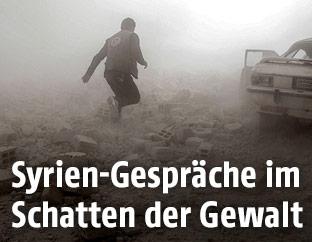 Mann flüchtet vor Luftangriffen in Duma, Syrien