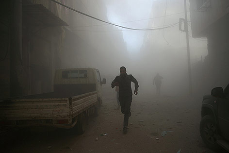 Staub und Nebel nach einem Luftangriff in Damaskus