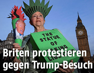 Als Freiheitsstatue verkleidete Demonstrantin
