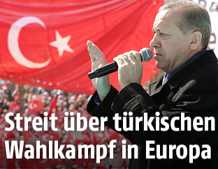 Türkischer Premier Erdogan vor einer türkischen Flagge während einer Wahlkampfveranstaltung