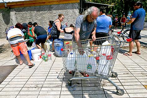 Menschen kaufen Wasser in einem Supermarkt