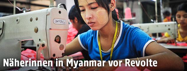 Näherin in Fabrik in Myanmar