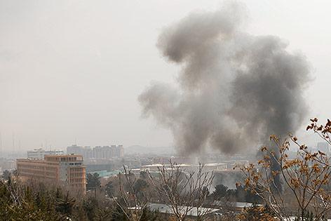Rauch über dem Militärspital in Kabul