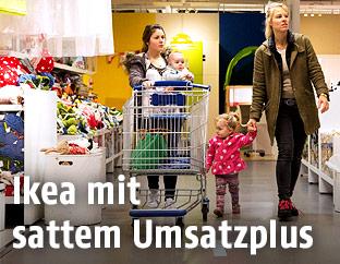 Menschen beim Einkaufen in einer Ikea-Filiale