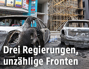 Ausgebrannte Autowracks in Tripolis