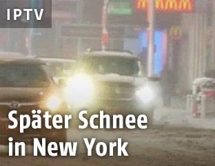 Fahrzeuge in New York auf Schneefahrbahn