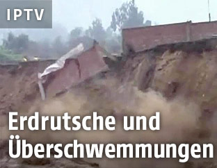 Eine Mauer bricht durch Überschwemmungen ab