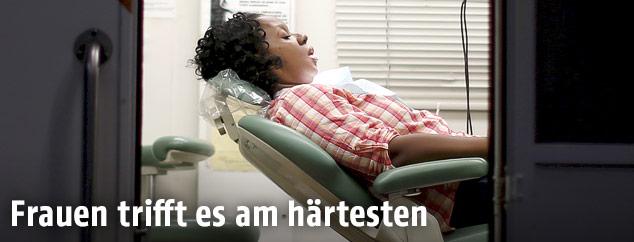 Frau auf einer Liege in einem Krankenhaus