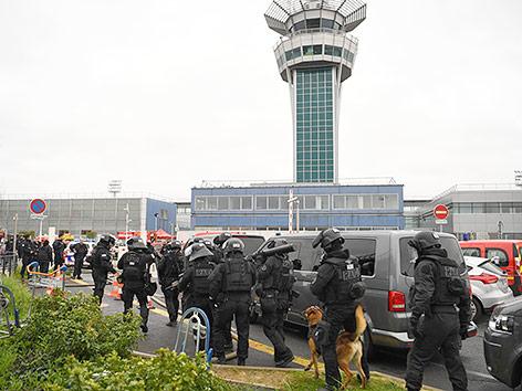 Polizei am Flughafen Orly