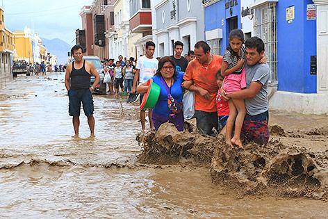 Menschen auf einer überfluteten Straße