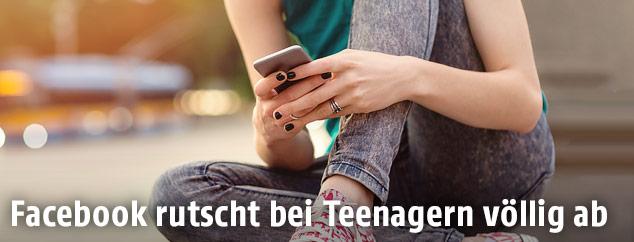 Junges Mädchen bedient ein Smartphone