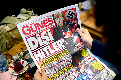 Deutsche Kanzlerin Merkel wird in einer Zeitungsmontage als Hitler dargestellt