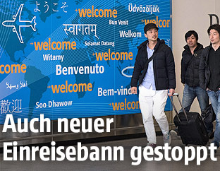 Reisende auf einem New Yorker Flughafen