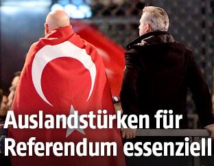 Zwei Männer mit einer türkischen Flagge