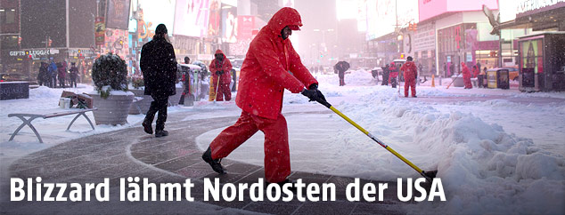Ein Mann räumt Schnee am Times Square