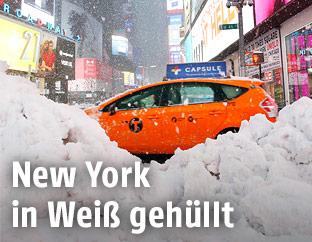 Ein Taxi im Schnee am Times Square